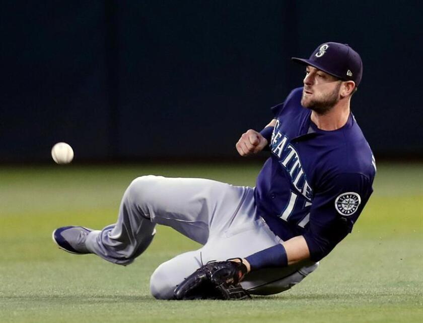 Mitch Haniger de los Marineros falla al intentar atrapar una bola. EFE/Archivo