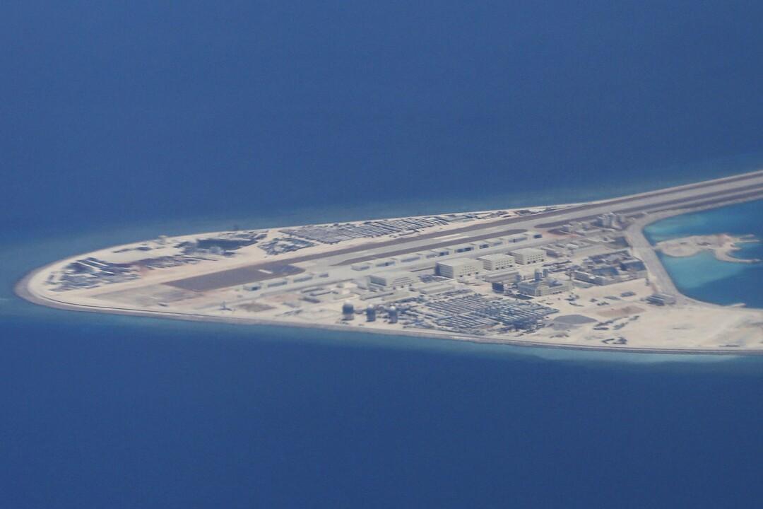 Eine Landebahn und andere Strukturen sind 2017 auf Chinas künstlichem Subi-Riff im Südchinesischen Meer zu sehen.