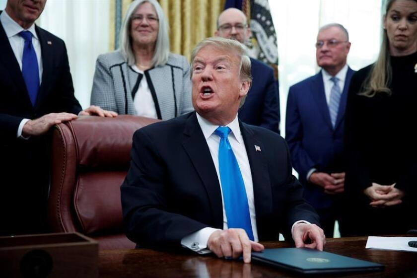 El presidente de los Estados Unidos, Donald J. Trump, participa este martes en el acto de firma de la Directiva 4 de la Política del Espacio, en la Despacho Oval de la Casa Blanca en Washington, DC (EE. UU.). EFE