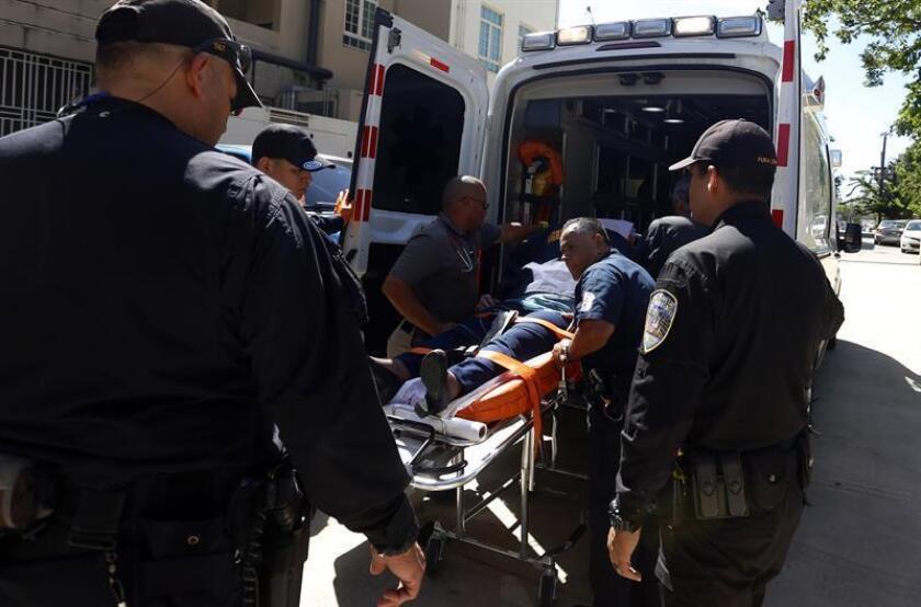 Personal de emergencias médicas transportan a una mujer herida durante un tiroteo. EFE/Archivo