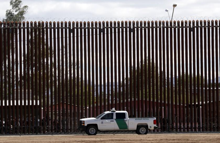 ARCHIVO - En esta fotografía de archivo del 5 de abril de 2019, un vehículo de la Oficina de Aduanas y Protección Fronteriza se detiene cerca del muro fronterizo en El Centro, California. (AP Foto/Jacquelyn Martin, Archivo)