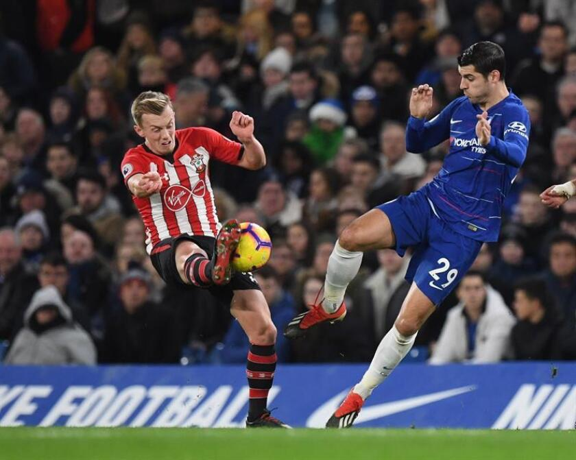 Álvaro Morata (d), del Chelsea, disputa la bola con Oriel Romeu (i), de Southhampton, durante un partido de la Liga Premier que ambos equipos disputaron en el estadio Stamford Bridge, en Londres (Reino Unido). EFE