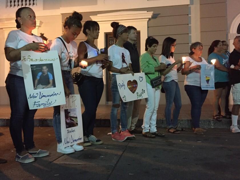 Durante una vigilia por las víctimas de una masacre en un club nocturno gay de Orlando, Florida. Al menos cinco de las 49 víctimas eran de Ponce, la segunda ciudad de Puerto Rico. (AP Foto/Danica Coto)