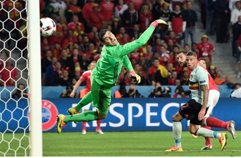 El galés Sam Vokes (segunda a la derecha) anota el gol que selló la victoria 3-1 ante Bélgica en el partido por los cuartos de final de la Eurocopa en Lille, Francia, el viernes 1 de julio de 2016. (AP Foto/Martin Meissner)