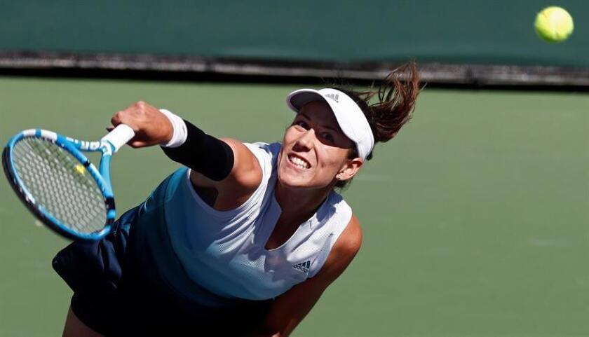 La tenista española Garbiñe Muguruza sirve la bola contra la holandesa Kiki Bertens durante su encuentro perteneciente al torneo de Indian Wells, este martes en California (Estados Unidos). EFE