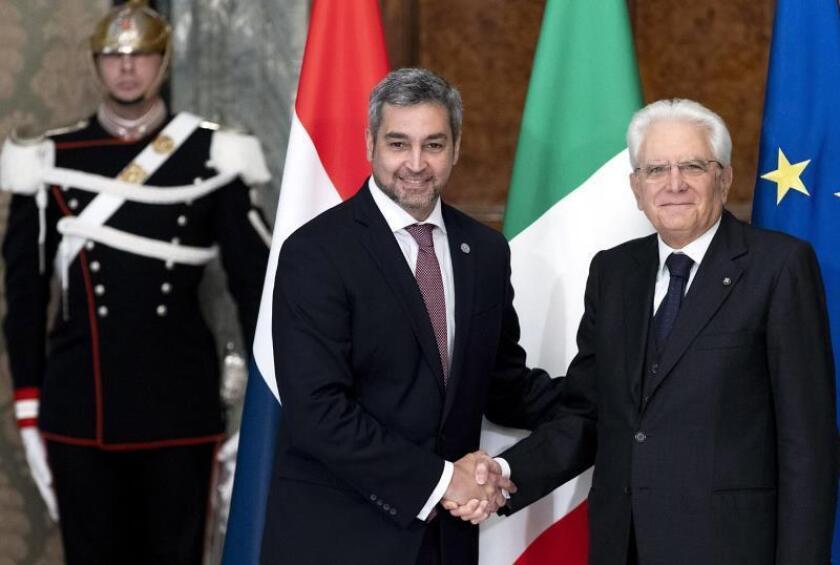 El presidente italiano, Sergio Mattarella (d), recibe al presidente de Paraguay, Mario Abdo Benítez (i), en el Palacio Quirinale en Roma (Italia) hoy, 5 de noviembre de 2018. EFE
