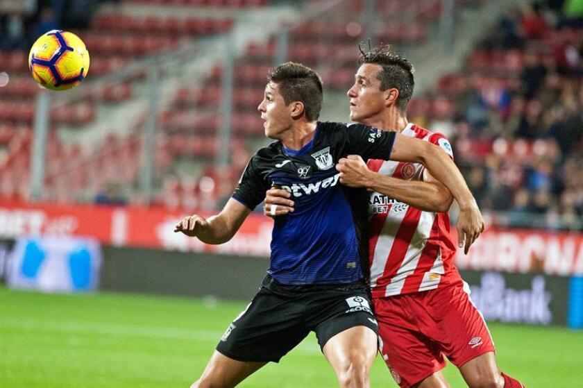 El delantero argentino del Leganés Guido Carrillo (i), pelea un balón con el defensa colombiano del Girona Bernardo José Espinosa durante un partido de LaLiga Santander. EFE/Archivo