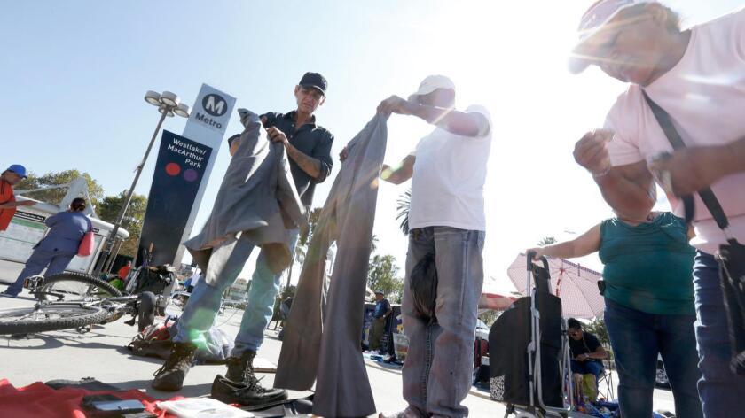 """Kevin """"Sippi"""" Moran, de 49 años (izq.), ha estado sin hogar durante dos años; en los últimos seis meses trabajó como vendedor callejero (Genaro Molina / Los Angeles Times)."""