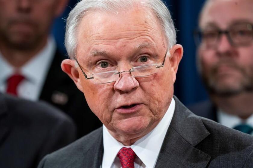 Fotografía de archivo del 16 de octubre de 2018 del fiscal general de los Estados Unidos, Jeff Sessions, durante una declaración en el Departamento de Justicia, en Washington, DC (EE. UU.). EFE/Archivo