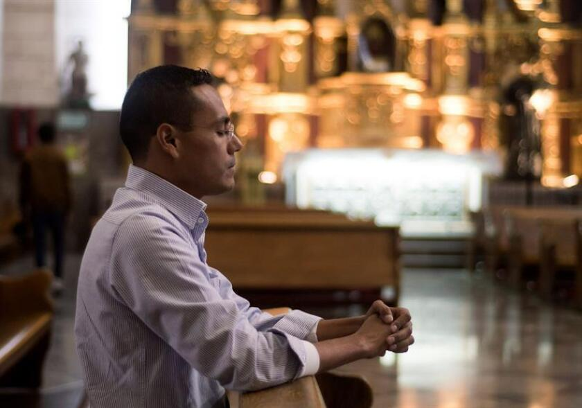 Fotografía fechada el día 19 de enero de 2018, del ex seminarista Ignacio Martínez, mientras reza en el interior de la Catedral de Santiago, en la ciudad de Saltillo Coahuila (México). EFE