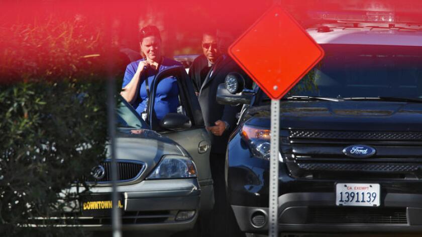 Investigadores rondan el lugar donde Sergio Navas, de 35 años, fue mortalmente balaceado por un policía de Los Ángeles, el año pasado en Burbank.