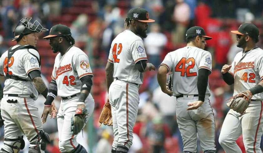 Los Orioles de Baltimore usan el número 42 en conmemoración del 'Día de Jackie Robinson'.