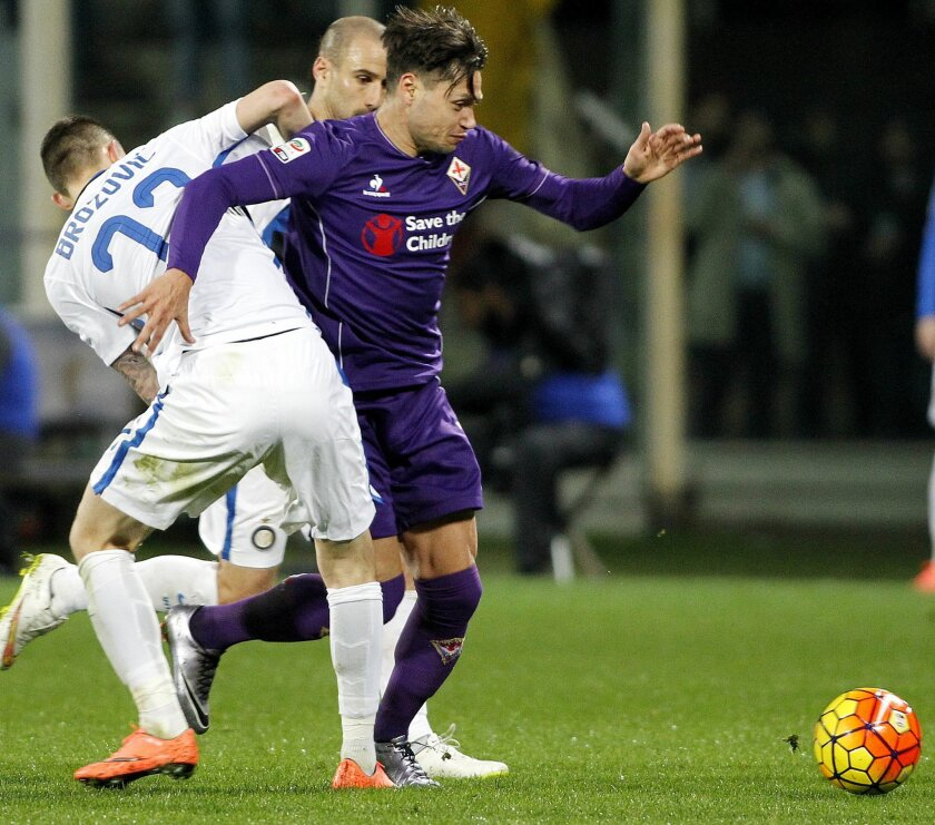 Fiorentina's Mauro Zárate, right, vies for the ball with Inter's Marcelo Brozovic during a Serie A soccer match between Fiorentina and Inter Milan at the Artemio Franchi stadium in Florence, Italy, Sunday, Feb. 14, 2016. (AP Photo/Fabrizio Giovannozzi)