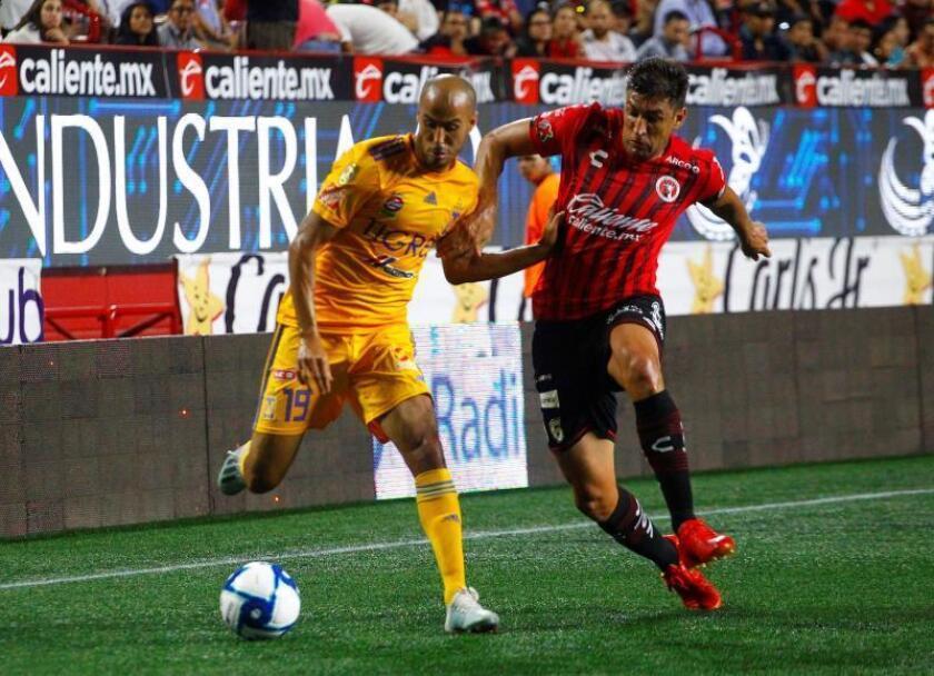 Diego Braghieri (d), de los Xolos de Tijuana, fue registrado este viernes al intentar detener el avance de Guido Pizarro (i), de los Tigres UANL, durante un partido de la jornada 9 del torneo mexicano de fútbol, en el estadio Caliente de la ciudad de Tijuana (Baja California, México). EFE/Alejandro Zepeda