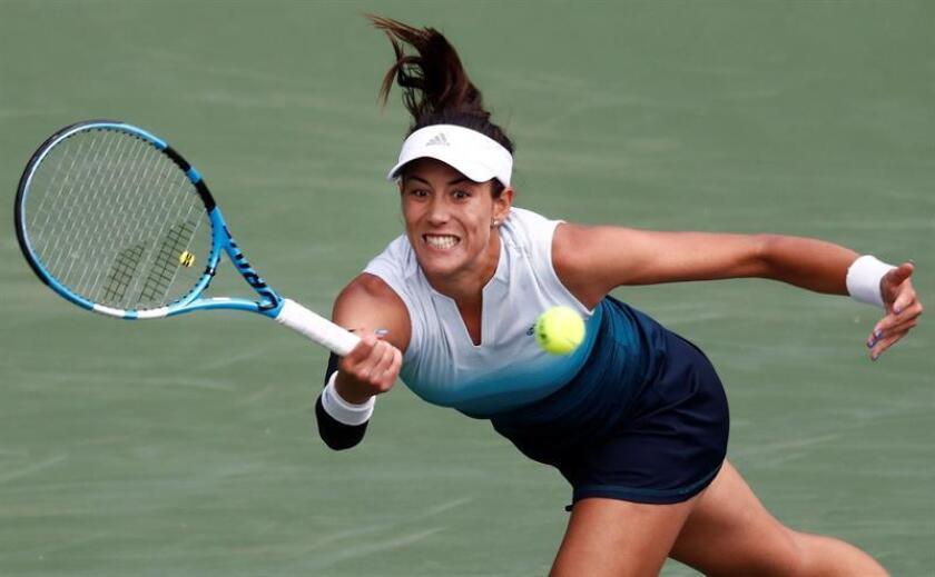 Garbine Muguruza de España devuelve una bola a Kiki Bertens de Holanda este martes, en un partido del Abierto de Tenis de Indian Wells en California (EE.UU.). EFE