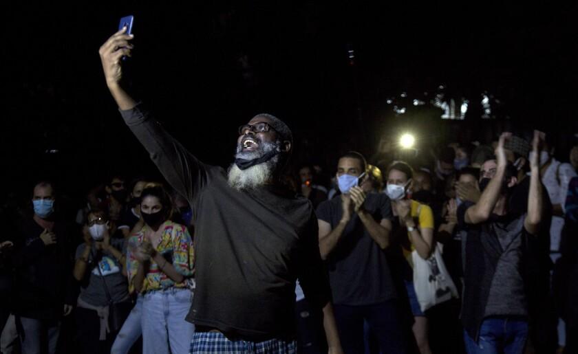 Jóvenes artistas protestan frente a las puertas del Ministerio de Cultura, en La Habana, Cuba