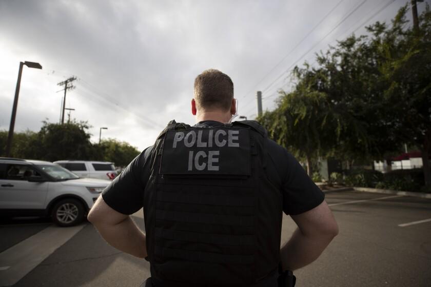 Ante el anuncio de las redadas de ICE, el presidente mexicano perdió una buena oportunidad de demostrar que le importa más los mexicanos que el comercio. (AP)