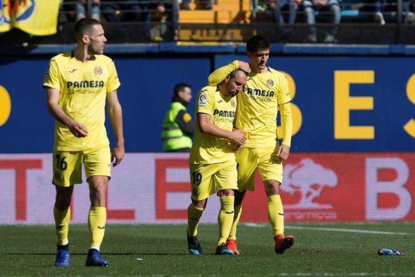 El centrocampista del Villarreal Santiago Cazorla, y el delantero Gerard Moreno (d), celebran el gol del primero contra el Espanyol. EFE