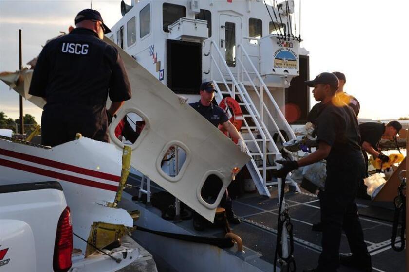 Agentes de la Guardia Costera de Estados Unidos descargan los restos de una avioneta en la estación de Fort Lauderdale (Florida). EFE/Archivo