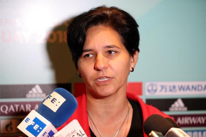 Imagen de archivo de la entrenadora de la selección femenina sub'17 de Brasil, Valesca Araujo, habla con la prensa en Montevideo (Uruguay). EFE/Archivo