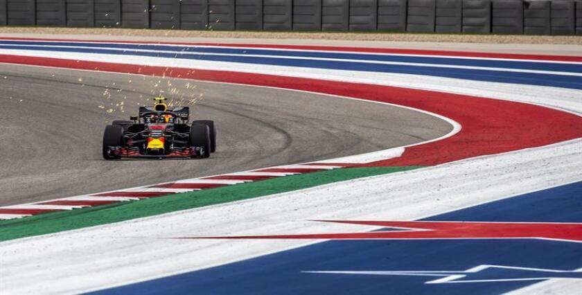 El piloto holandés de la escudería Red Bull Racing de Fórmula Uno, Max Verstappen, en acción durante la tercera sesión de entrenamientos libres en el circuito de Las Américas en Austin, Texas, Estados Unidos, el 20 de octubre del 2018. EFE