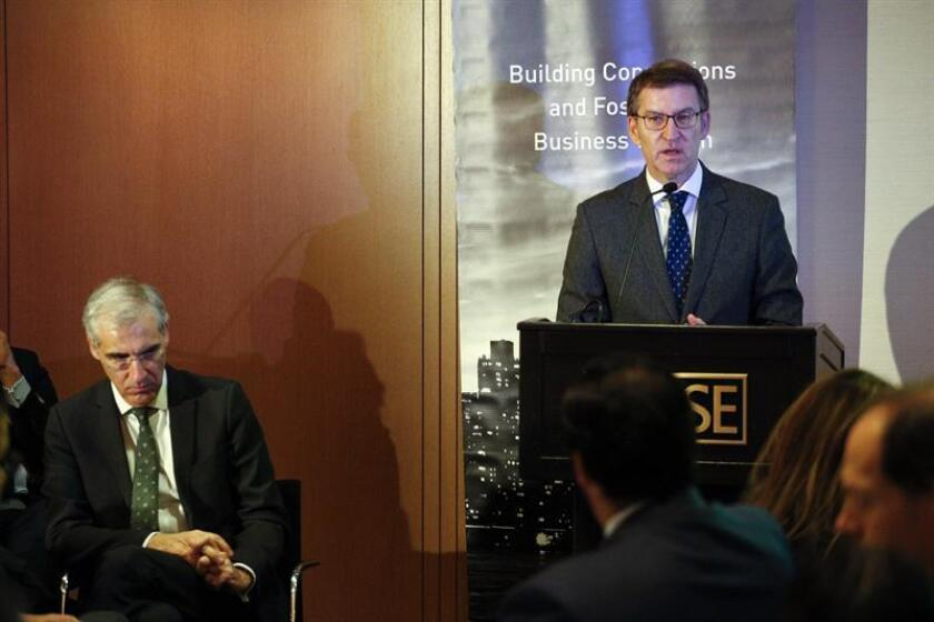 El presidente de la Xunta de Galicia, Alberto Núñez Feijóo (d), habla junto al conselleiro de Economía, Empleo e Industria, Francisco Conde (i) durante su intervención en un desayuno organizado en el instituto IESE Bussiness School en Nueva York. EFE