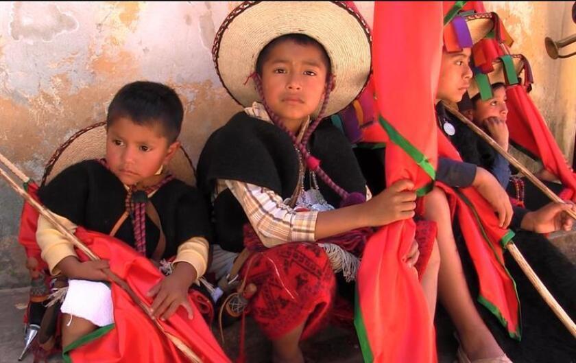 Fotografía de niños indígenas maya-tzeltales que participan de una ceremonia en el municipio de Tenejapa, en el estado de Chiapas (México). EFE