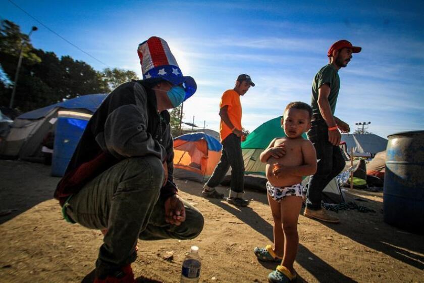 Integrantes de la caravana migrante de centroamericanos permanecen en un albergue en la ciudad de Tijuana, en Baja California (México). EFE