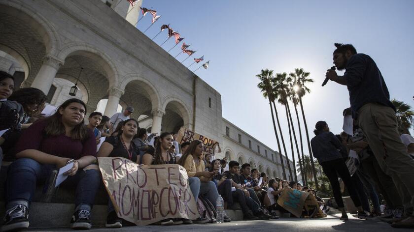 Un grupo de estudiantes marcha en el centro de Los Ángeles como parte de una protesta anti Trump, el 14 de noviembre de 2016. Los manifestantes exigieron a los políticos locales que declaren el condado de L.A. como 'refugio' (Brian van der Brug / Los Angeles Times)