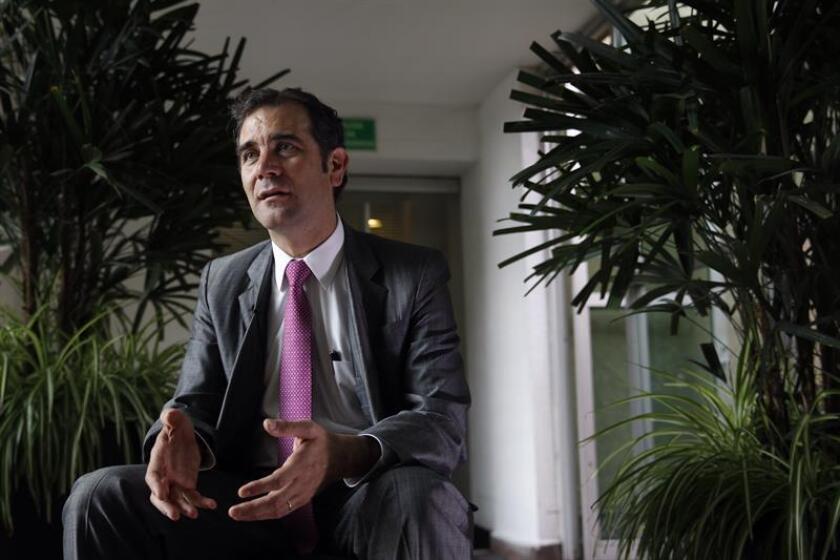 La autoridad electoral de México multó hoy con 77,9 millones de pesos (4,25 millones de dólares) a los partidos Revolucionario Institucional (PRI) y Movimiento Ciudadano (MC) por el uso indebido y divulgación de la lista de votantes del país. En la imagen el presidente del Instituto Nacional Electoral (INE), Lorenzo Córdova. EFE/ARCHIVO