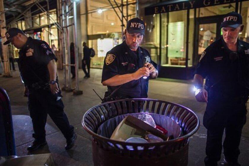 Policías buscan paquetes sospechosos en la Quinta Avenida, cerca de la escena de una explosión en la calle 23 Oeste, en Manhattan, Nueva York, el 17 de septiembre de 2016.