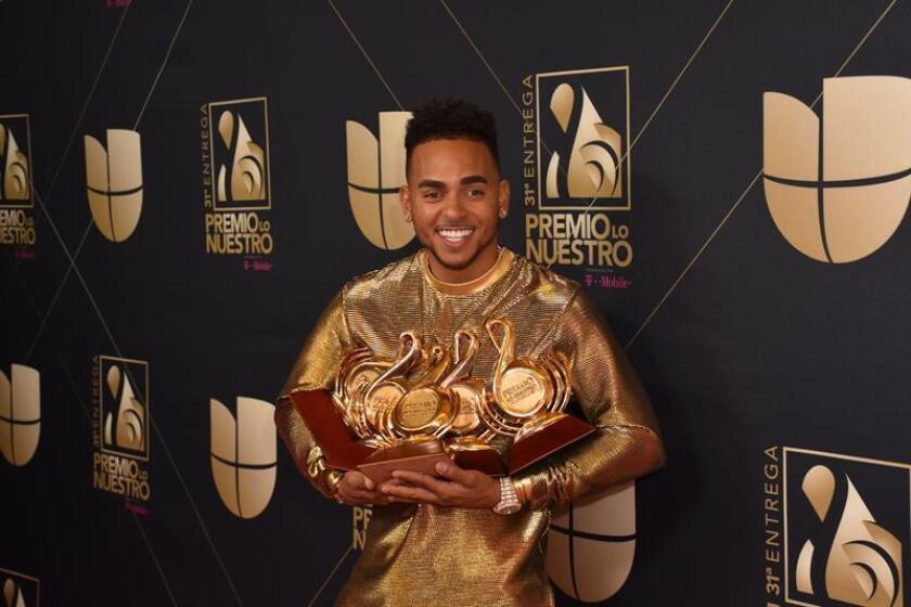El artista de música urbana Ozuna posa con sus galardones durante los Premios Lo Nuestro este jueves, en el American Airlines Arena de la ciudad de Miami (EE.UU.). EFE
