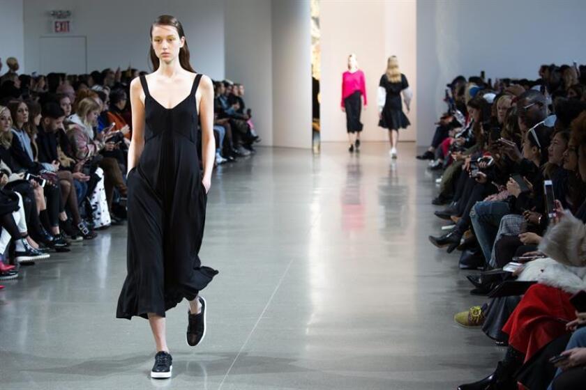 Un modelo presenta la creación para la colección de otoño 2018 de la marca Noon By Noor, durante la pasarela de la semana de la moda de Nueva York, Nueva York, EEUU, hoy, 8 de febrero de 2018. La colección de otoño 2018 se presenta del 8 al 14 de febrero. EFE
