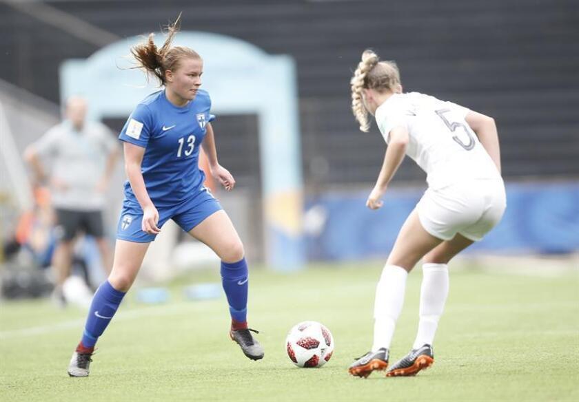 Marisa Van Der Meer (d) de Nueva Zelanda disputa el balón con Emmi Siren (i) de Finlandia hoy, martes 13 de noviembre de 2018, en un partido del grupo A del Mundial Femenino Sub-17 entre Nueva Zelanda y Finlandia en el estadio Charrúa en Montevideo (Uruguay). EFE