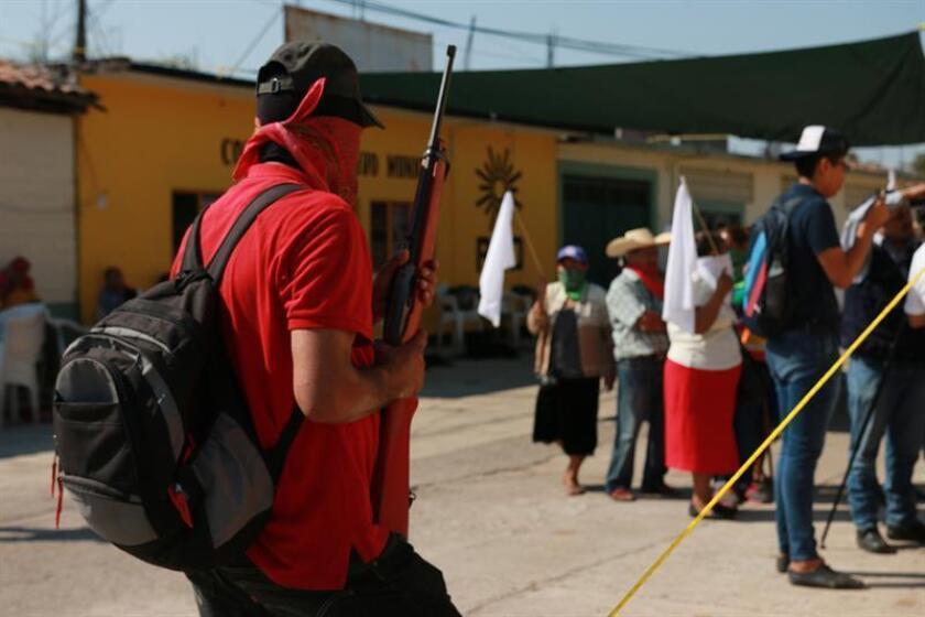 Habitantes armados vigilaban para evitar un posible ataque de un grupo criminal denominado Los Tequileros en San Miguel Totolapan (México), tras liberar a cinco personas presuntamente vinculadas a ese grupo. EFE
