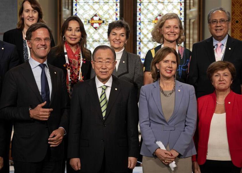 El primer ministro holandés Mark Rutte (izda), el exsecretario general de la ONU Ban Ki-moon (2i), y la ministra holandesa de Infraestructuras, Cora van Nieuwenhuizen (3i), entre otros, posan para la foto de grupo de la Comisión Internacional sobre adaptación y lucha contra el cambio climático presentada en La Haya, Holanda, el 16 de octubre del 2018. EFE