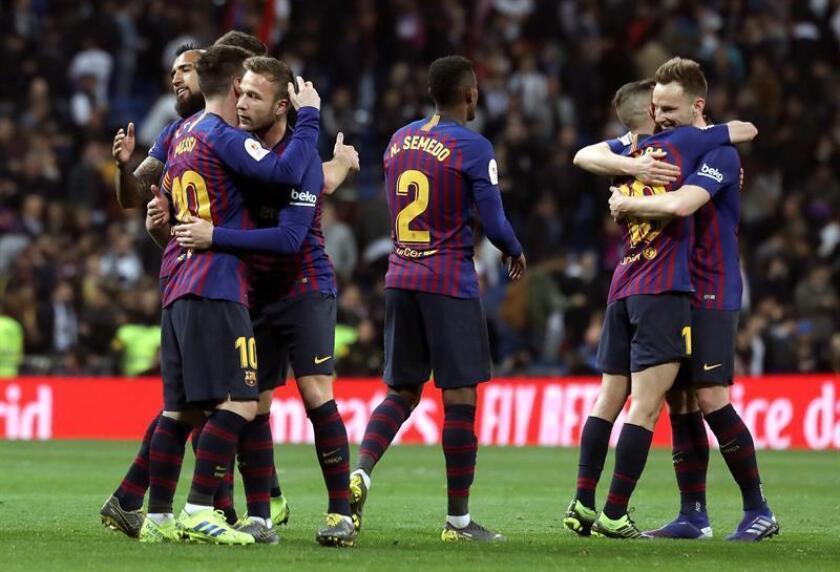 Los jugadores del FC Barcelona celebran la victoria por 0-3 frente al Real Madrid, tras el partido de vuelta de semifinales de la Copa del Rey que Real Madrid y FC Barcelona disputaron en el estadio Santiago Barnabéu, en Madrid. EFE