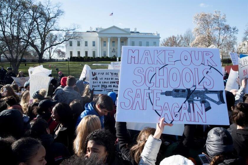 Fotografía de archivo de estudiantes participando en un paro realizado a nivel nacional para protestar contra la violencia por armas de fuego, ante la Casa Blanca en Washington DC, Estados Unidos. EFE/Archivo