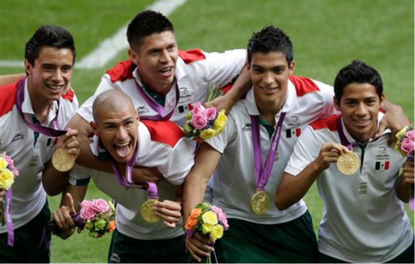 En esta foto de archivo del 11 de agosto de 2012, los jugadores de la selección de fútbol de México festejan tras ganar el oro en los Juegos Olímpicos de Londres. (AP Photo/Andrew Medichini, File)