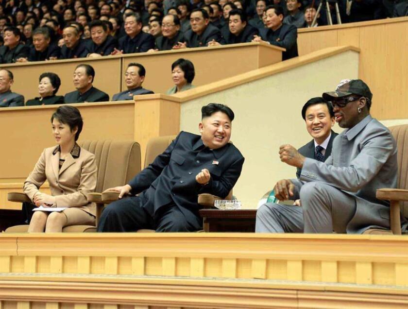 Fotografía cedida por la Agencia Central de Noticias de Corea del Norte (KCNA) que muestra al líder norcoreano Kim Jong-un (c), acompañado de su esposa Ri Sol-ju (i), mientras habla con el exjugador de la NBA Dennis Rodman (d) durante un partido amistoso de baloncesto entre jugadores norcoreanos y exjugadores de la NBA en el estadio Pyongyang Indoor, en Pyongyang (Corea del Norte). EFE/KCNA/MEJOR CALIDAD DISPONIBLE/PROHIBIDO SU USO EN COREA DEL SUR