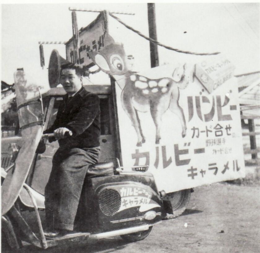 Calbee Caramelを広告するスクーターに乗る女性。