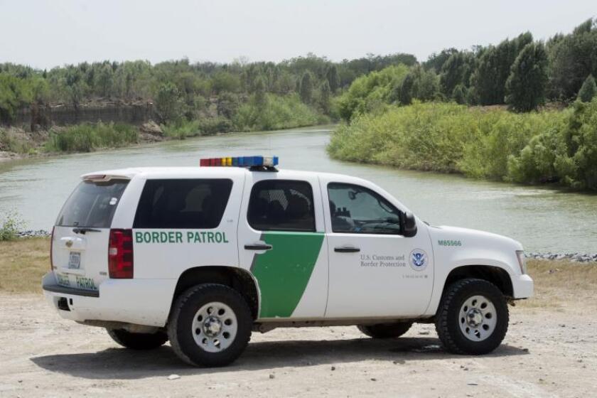 La Patrulla Fronteriza continuaba hoy la búsqueda en Texas de un niño de 3 años de edad desaparecido el pasado martes en el cruce de la frontera con México por el Río Grande con su madre, una hondureña que murió en el intento. EFE/Michael Reynolds/Archivo