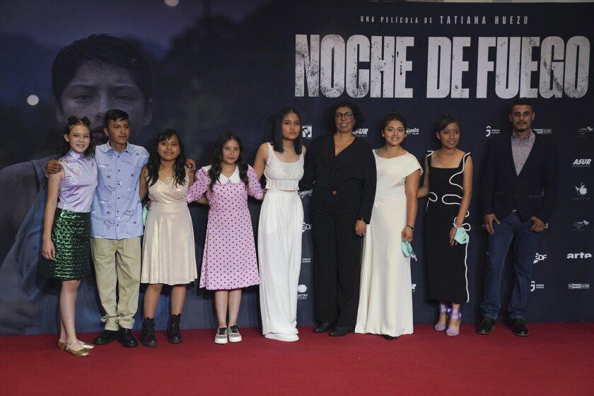 """La directora Tatiana Huezo, centro, y el elenco de la película """"Noche de Fuego"""""""