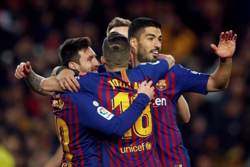 Los jugadores del FC Barcelona celebran el segundo gol del equipo blaugrana durante el encuentro correspondiente a la jornada 19 de primera división que disputaron frente al Eibar en el estadio del Camp Nou, en Barcelona. EFE