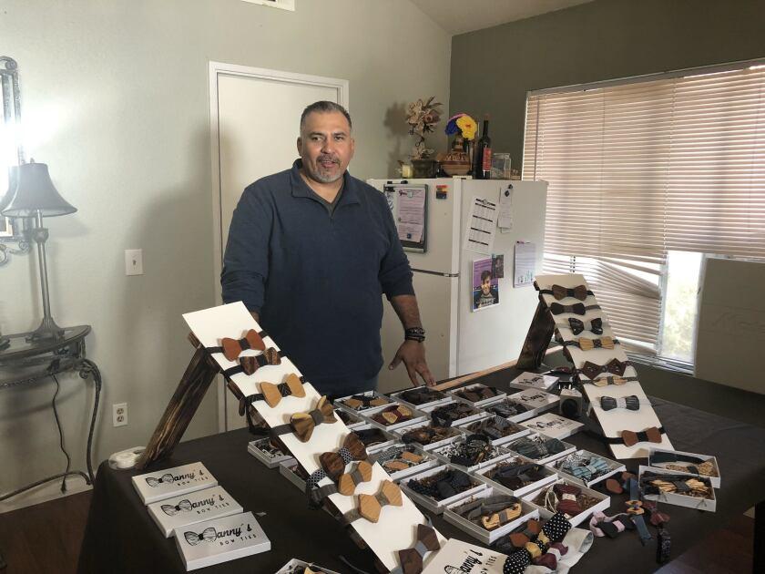 Los pedidos de moños le llegan a Óscar Calderón desde México y diferentes ciudades de Estados Unidos.