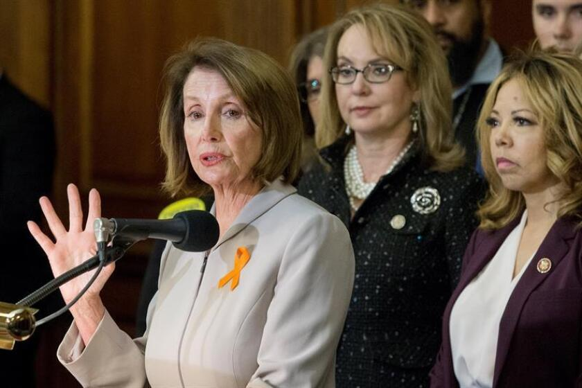 House Minority Leader Nancy Pelosi (l) speaks during a Washington press conference to announce House legislation on tighter background checks for firearms purchases as former Congresswoman Gabby Giffords (c) listens. EFE-EPA/Michael Reynolds