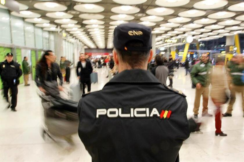 Medidas de seguridad en el Aeropuerto Adolfo Suárez Madrid Barajas ante la llegada desde Buenos Aires de la última oleada de aficionados argentinos para la final de la Copa Libertadores en el estadio Santiago Bernabéu. EFE