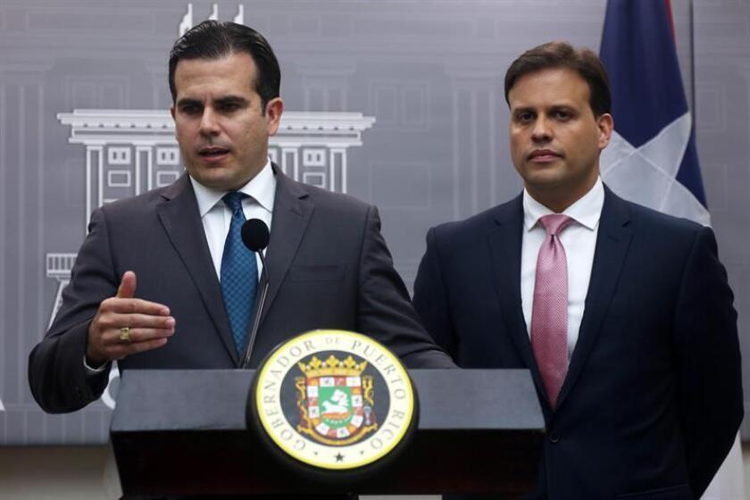El gobernador de Puerto Rico, Ricardo Rosselló Nevares (i) y el representante ante la Junta de Supervisión Fiscal (JSF), Elías Sánchez (d), se dirigen a los medios de comunicacion congregados en La Fortaleza de San Juan, el miércoles 3 de mayo de 2017. Rosselló anunció hoy que pedirá acogerse a la ley de quiebras para dar solución a una deuda de 70.000 millones de dólares. EFE/Archivo