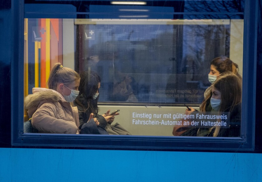 Pasajeros lucen máscaras protectoras sentados en el metro en Francfort, Alemania