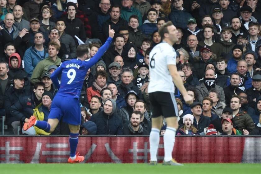 El delantero del Chelseas Gonzalo Higuain celebra su gol en el derbi ante el Fulham FC en Craven Cottage en Londres, Reino Unido. EFE/EPA